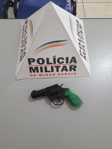 ADOLESCENTE COM SIMULACRO DE ARMA DE FOGO É APREENDIDO NO BAIRRO DAS NAÇÕES EM SERRA DO SALITRE - MG