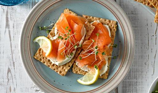 Crackers met roomkaas en gerookte zalm. Bereiding: 5 minuten