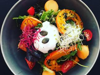 Salat mit Kürbis und pochiertem Ei