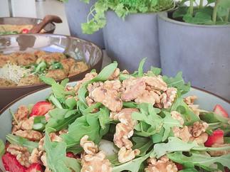 Spargel Salat mit Erdbeeren und Walnüsse