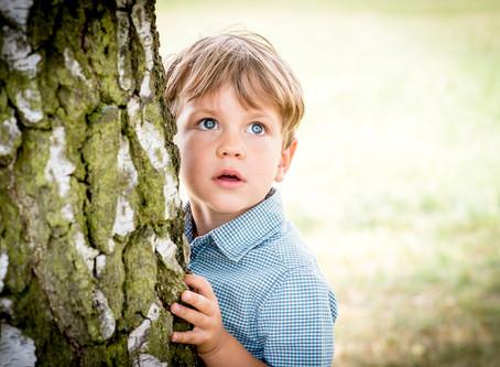 Große Augen beim Familienfotoshooting