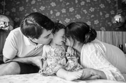 ensaio de familia em casa pais brincando com filho