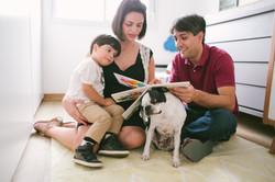 ensaio de familia em casa familia lendo juntos