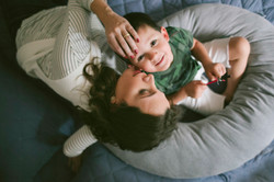 ensaio de familia em casa fotografia espontanea mãe e filho