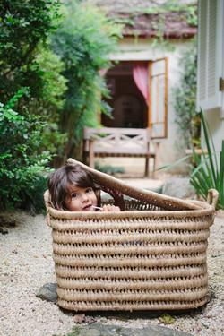 ensaio de familia em casa menina na cesta