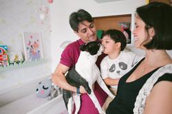 ensaio de familia em casa filho beija cachorro