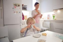 ensaio de familia em casa mãe e filho cozinhando