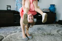 ensaio de familia em casa mãe e filha brincam juntoas