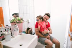 ensaio de familia em casa pai arrumando filho