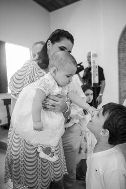 bebê brinca batizado