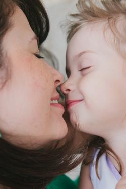 ensaio de familia em casa fotografia espontanea mãe e filha