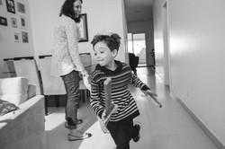 ensaio de familia em casa menino correndo brincadeira