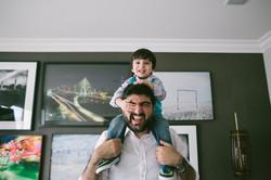 ensaio de familia em casa fotografia espontanea pai e filho