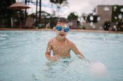 ensaio de familia menino brincando na piscina