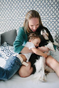 ensaio de familia em casa mãe filho e cachorro