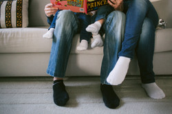 ensaio de familia em casa lendo juntos