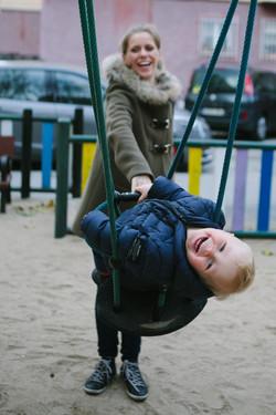 ensaio de familia no parque menino no balanço