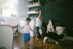 ensaio de familia em casa irmãos brincando