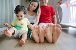 ensaio de familia em casa pés