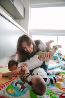 ensaio de familia em casa mãe e filhos