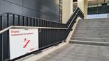 Treppe von der Airport City zum Terminal