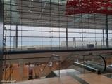Terminal, Ebene E1 (Abflug), Treppen zur Ebene E0 (Ankunft)
