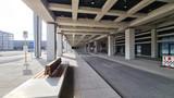 Ankunftsebene, vor dem Terminal