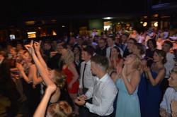 Der Jahrgang feiert mit den Gästen zu den Klängen der schuleigenen Lehrerband