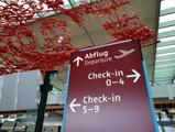 """Terminal, Ebene E1 (Abflug), das Kunstwerk """"The Magic Carpet"""" der kalifornischen Künstlerin Pae Whit"""