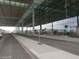 Glasfront des Terminalgebäudes auf Ebene E1 (Abflug)