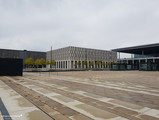 Der Willy-Brandt-Platz zu Füßen des Terminalgebäudes (rechts), mittig das Steigenberger-Hotel
