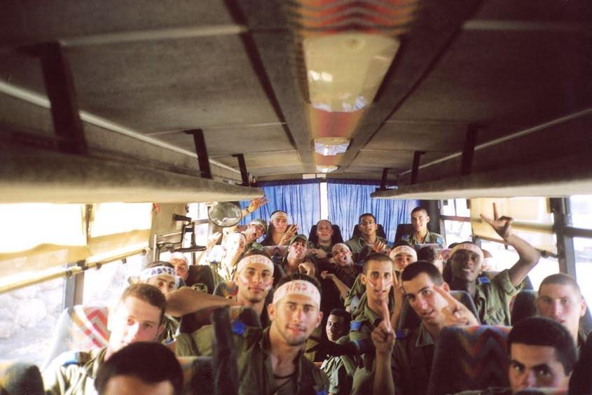 חיילים באוטובוס.jpg