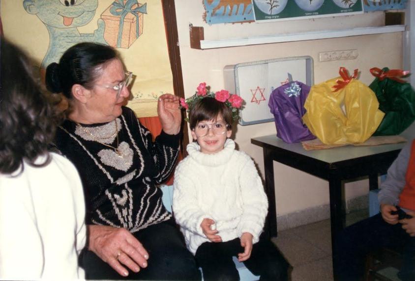 עם סבתא יום הולדת 5 בגן.jpg