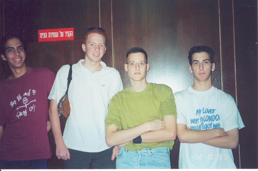 ליאור אופיר אייל ורז במעלית.jpg