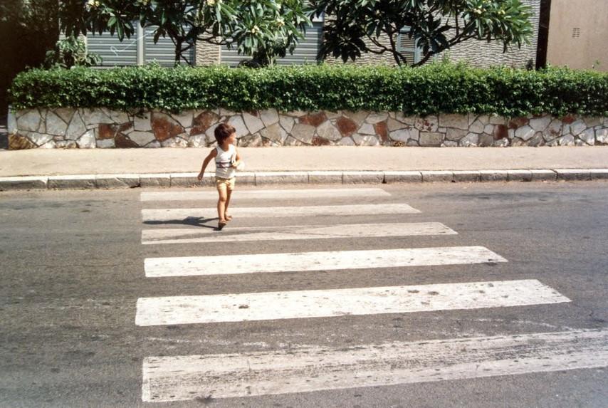 חוצה את הכביש בחזרה מלוברט.jpg