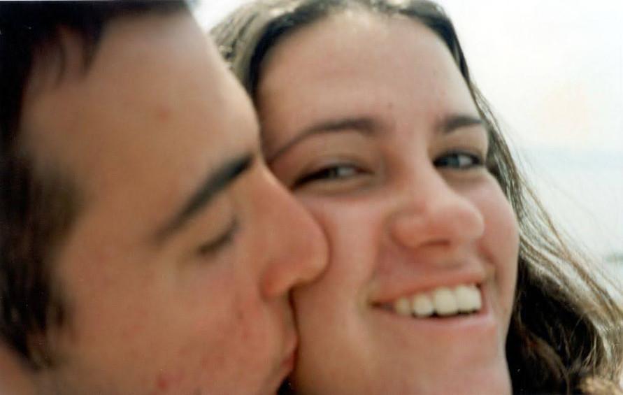 נשיקה לטלי על הלחי.jpg