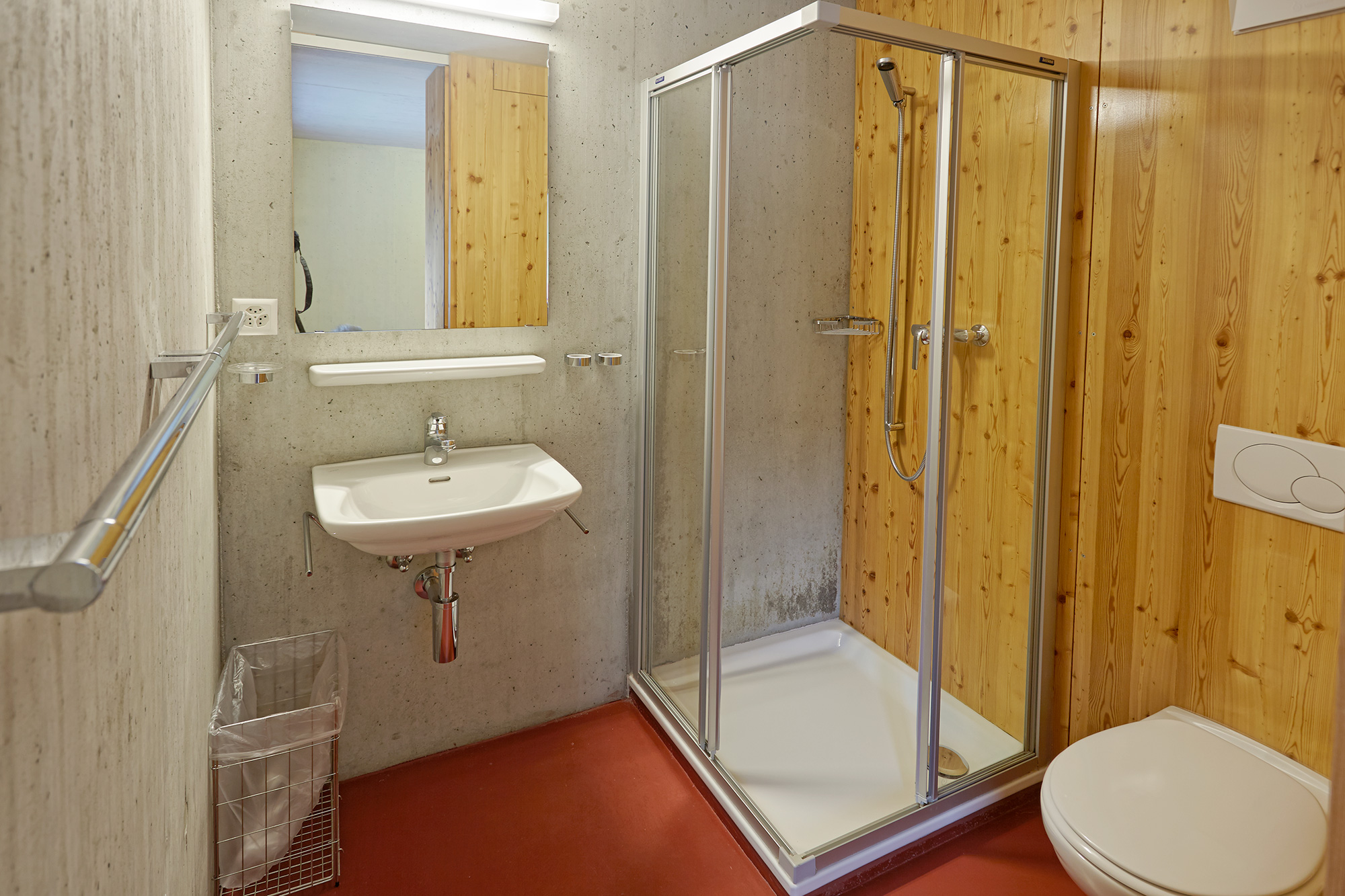 Shower and toilet at Generoso