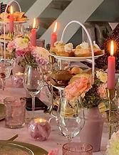 Luxe bites en mooi gedecoreerd op tafel.