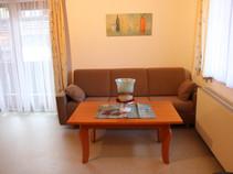 Wohnküche mit TV und Balkon