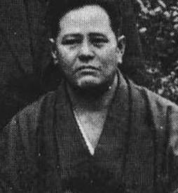HENKILÖKUVASSA GOJU RYU KARATEN PERUSTAJA CHOJUN MIYAGI (1888 - 1953)