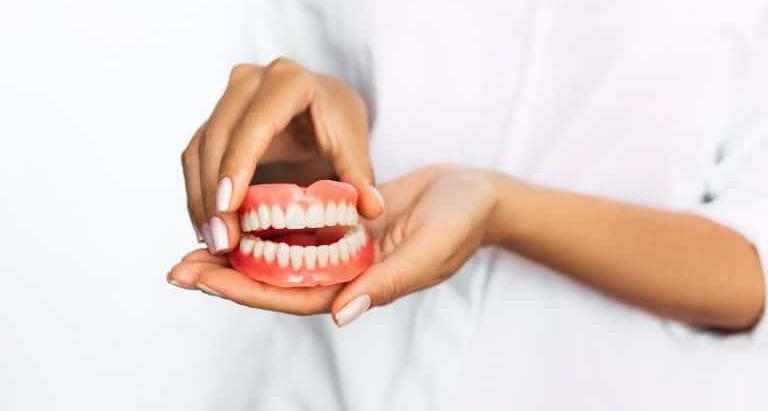 ¿Sabes cuántos tipos de prótesis dentales existen?