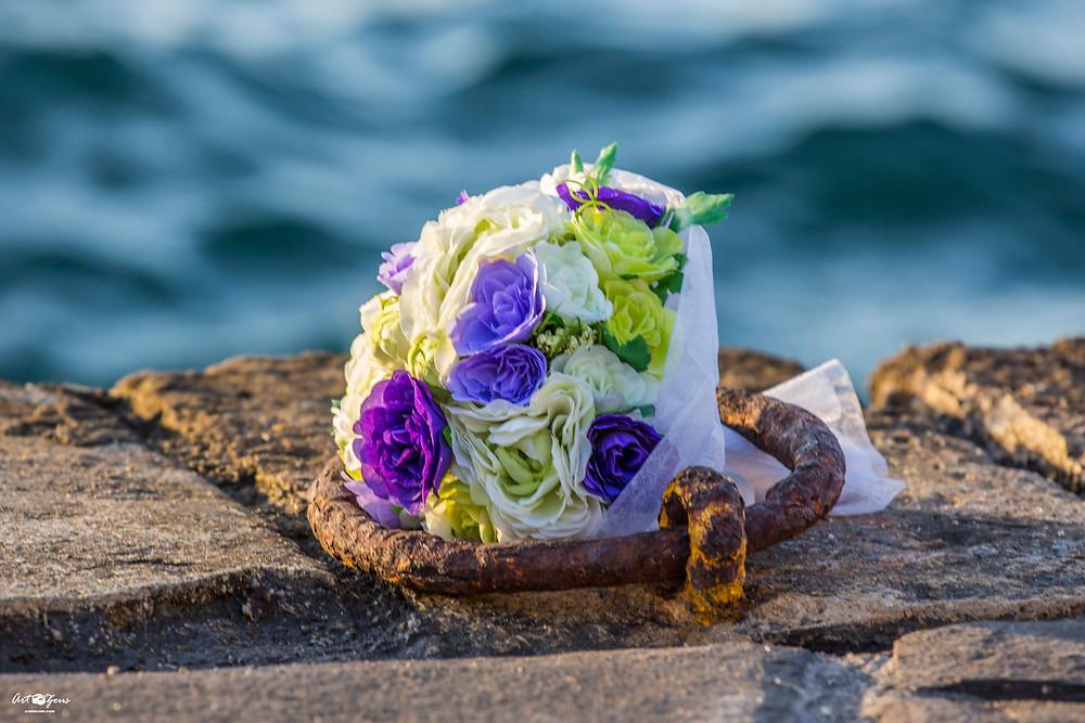 Свадебный букет на пристани города Ханья, Греция остров Крит