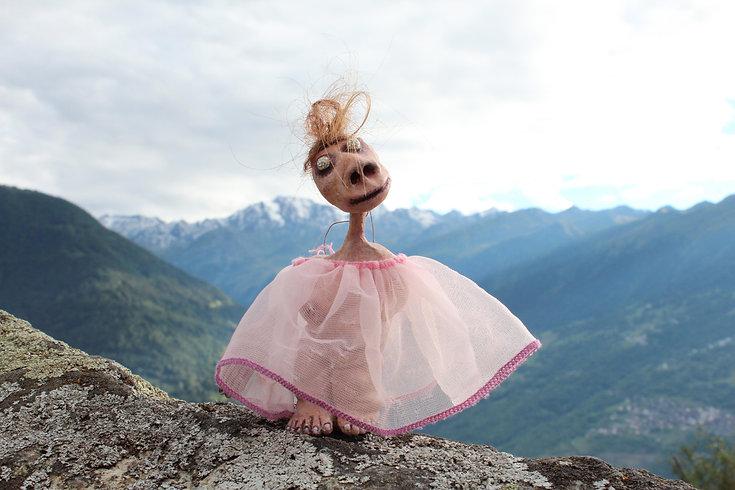Ylla K., un des personnages des Extra-Muros, création par Geneviève Petermann pour l'exposition C'est extra, au Grand-cachot à neuchâtel.