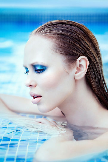 maquillaje azul piscina waterpoof.jpg