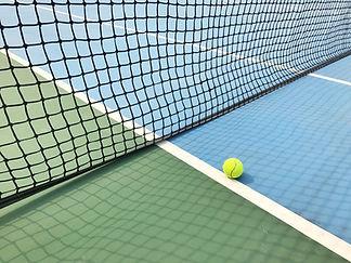 Bola no campo de ténis