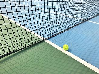 Pelota en la cancha de tenis