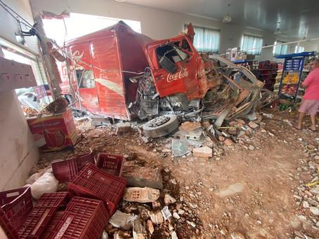 Caminhão invade supermercado em Juruaia; há feridos