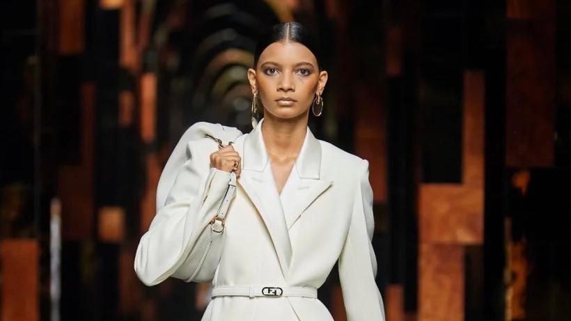 Taís Vieira, modelo guaxupeana, abre desfile da Fendi, em Milão