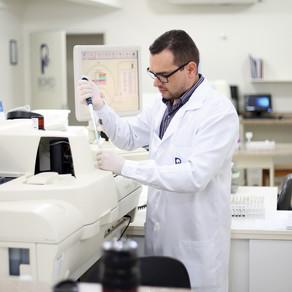 Testes para diagnóstico de Covid-19 não atestam proteção vacinal, alerta biólogo