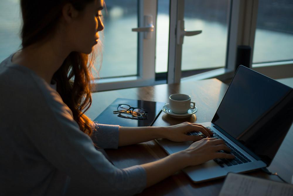 Mulher trabalhando. Produtividade. Mulher digitando